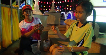 ชาวเบตงยิ้ม แห่จับจักจั่นขายสร้างรายได้เสริมคืนละ 1,000 - 2,000 บาท 2 ปีมีครั้ง