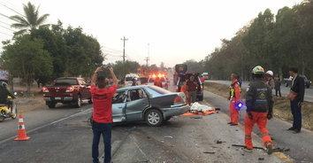 อุบัติเหตุสยอง! รถเก๋งเสียหลักพุ่งข้ามเลนชนรถทัวร์ดับคาซากรถ