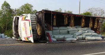 ยักษ์ล้ม! รถบรรทุกกระสอบพลาสติก เทกระจาดพลิกคว่ำขวางถนน