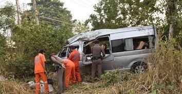 สุดสลด! รถตู้นักศึกษา เสียหลักตกข้างทาง ดับ 1 เจ็บ 11 ราย