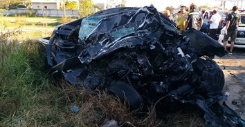 ชนสยอง! รถกระบะเสียหลักชนเทรเลอร์ ตาย 3 เจ็บ 1