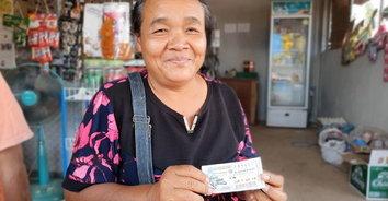 แม่ค้าถูกหวยรางวัลที่หนึ่งรับ 12 ล้าน เปิดร้านเลี้ยงกินฟรีไม่อั้น