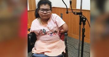 ชีวิตต้องสู้! เด็กหญิงพิการไร้แขนขามาแต่กำเนิด รักการร้องเพลงหารายได้