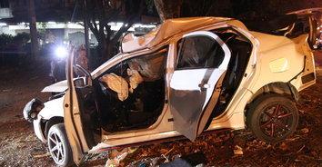 สุดสลด! สาววัย 30 ปี ขับเก๋งหลุดโค้งชนอัดกับต้นไม้เสียชีวิตคาที่