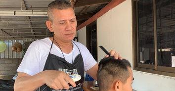 ภาพน่ารัก! ผู้กำกับตัดผมให้ลูกน้องประหยัดค่าใช้จ่าย แถมถูกระเบียบเป๊ะ