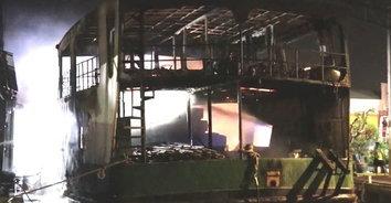 ไฟไหม้เรือบรรทุกสินค้าเสียหายทั้งลำ กัปตันถูกไฟไหม้ได้รับบาดเจ็บสาหัส