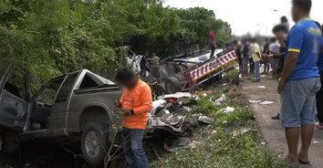 รถน้ำมันหลับใน พุ่งชนกระบะจอดไหล่ทาง ดับ 1 บาดเจ็บ 3 ราย
