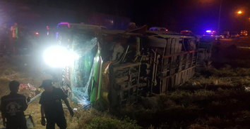 ระทึก! รถทัวร์คนงานกัมพูชาพลิกคว่ำ บาดเจ็บ 42 ราย