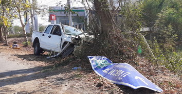 พ่อเฒ่าหลับในขับรถกระบะชนต้นไม้ เมียตายคาที่ หลานๆบาดเจ็บ