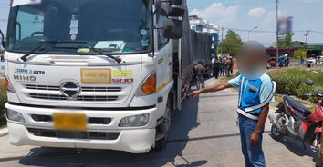 มุมบังตา! รถพ่วงเลี้ยวเข้าปั้มน้ำมัน ทับคนขับรถจักรยานยนต์เสียชีวิต