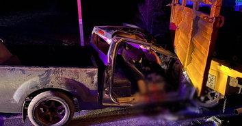 หนุ่มควบกระบะพุ่งชนอัดท้ายสิบล้อ ดับคาติดคาซากรถ