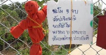 ตุ๊กตาแดงไล่โควิด-19 แขวนไว้หน้าบ้านป้องกันเชื้อไวรัส