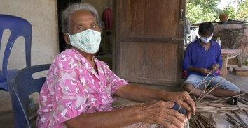 มือถือเก่าเข้าไม่ถึง! ชีวิตลำเค็ญแม่ 84 ลูกสาว 56 เข้าไม่ถึงการเยียวยาโควิด