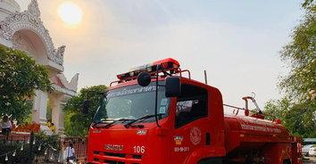 ที่พึ่งทางใจ! เสกน้ำมนต์ใส่รถดับเพลิง วิ่งฉีดพรมทั่วเมือง ปัดเป่าภัยพิบัติ