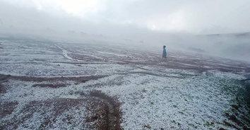 เหมือนหิมะตก! ฝนตกลมแรงลูกเห็บถล่มวัดป่าภูทับเบิก ขาวโพลน