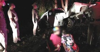 หนุ่มหนีหมายจับคดียาเสพติด แหกด่านเคอร์ฟิวส์ รถแหกโค้งไปไม่รอด