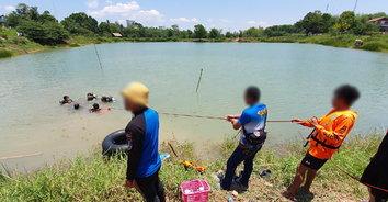 สุดสลด! หนุ่มสู้ชีวิตวางเบ็ดตกปลา เดินสะดุดหญ้าลื่นไถลลงสระน้ำตาย
