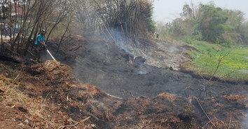 สุดเศร้า! พ่อเฒ่าเผาขยะสำลักควัน ถูกไฟคลอกเสียชีวิตคากองเพลิง