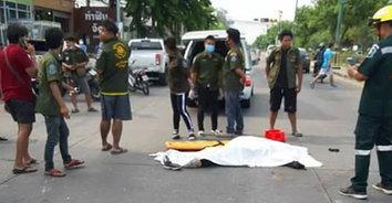 รถเก๋งชนจักรยานยนต์ ทำสาวใหญ่ถูกรถทับหัวสมองแตกกระจายเสียชีวิต
