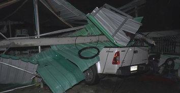 พายุพัดถล่มบ้านเรือนหลังคาปลิวว่อน เสาไฟฟ้าแรงสูงหักโค่นทับรถยนต์