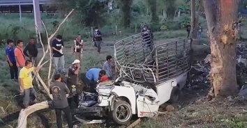 สุดสลด! รถกะบะยางระเบิดเสียหลักชนต้นไม้ อัดร่างหนุ่มสู้ชีวิตตายคาที่