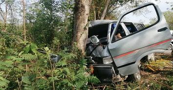 สุดเศร้า! คนขับรถวัดวัย 75 ปี หลับในชนต้นไม้ถูกอัดก็อปปี้ดับคาที่