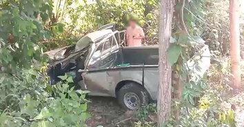 สองสามีภรรยาสู้ชีวิต กำลังกลับบ้านขับกระบะชนต้นไม้ เมียเจ็บหนัก ผัวดับคาที่