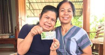 ยิ้มแก้มปริ! หญิงแม่สอดดวงเฮงถูกรางวัลที่ 1 รับโชค 18 ล้านบาท