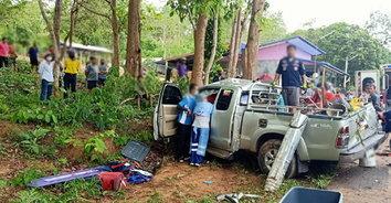 ครอบครัวเศร้า! กระบะฝ่าสายฝนลื่นไถลชนต้นไม้ข้างทาง คนขับเสียชีวิต