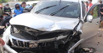 รถยนต์เฉี่ยวชนรถจักรยานยนต์ เสียหลักพุ่งข้ามเลนชนดับ 1