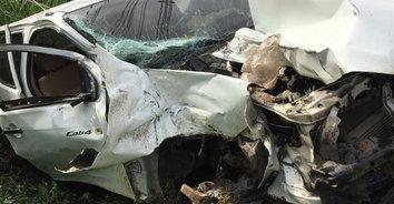 หักหลบรถเสียชีวิต! กระบะหลบเก๋งตกข้างทาง ชนเสาไฟฟ้าคนขับเสียชีวิต