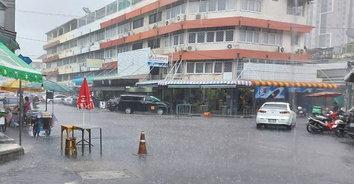 ฝนตกหนักท่วมกรุงฯ จราจรเริ่มติดขัด น้ำท่วมขังหลายพื้นที่