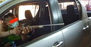 ศึกสายเลือด! น้องชายมอบตัวหลังยิงพี่ชายคลั่ง ถือมีดไล่ฟันดับกลางถนน