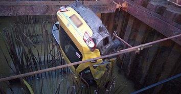 รอดตายปาฏิหาริย์! แท็กซี่พุ่งตกหลุมตอม่อคนขับผู้โดยสารรอดตายหวุดหวิด