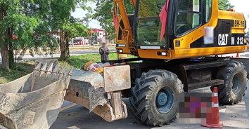 ดับสยอง! คนงานก่อสร้างถนนตกรถแบ็คโฮ ถูกรถทับหัวเสียชีวิต