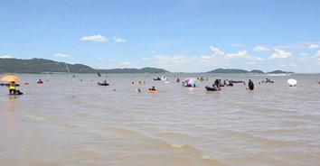 วันหยุดยาว! นักท่องเที่ยวแห่เที่ยวทะเลน้ำจืด หลังปลดล็อค