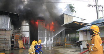 ระทึก! ไฟไหม้โรงงานไฟเบอร์กลาส ตาย 1 เจ็บ 2 เสียหายกว่า 50 ล้านบาท