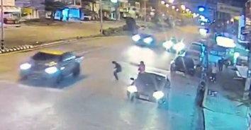 นาทีโหด! วัยรุ่นถูกยิงถล่มคารถยนต์เก๋ง 2 ศพ รวมศพแรกถูกยิงถนนหน้าธนาคาร