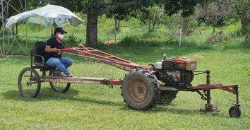 คิดได้เนอะ! ภารโรงดัดแปลงรถไถนา ทำรถตัดหญ้าสนามฟุตบอล เก๋ไปอีกแบบ