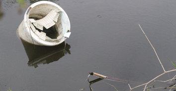 สุดสลด! พ่อค้าลูกชิ้นทอดพายเรือช็อตปลา ถูกไฟฟ้าซ็อตจมน้ำดับ