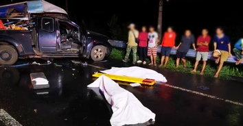 กระบะซิ่งหลุดโค้งชนกับรถตู้ ตาย 2 สาหัส 1 เจ็บ 8 ราย