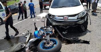 นาทีชีวิต! หนุ่มซิ่งบิ๊กไบค์หลุดโค้ง พุ่งชนรถยนต์เสียชีวิตคาที่