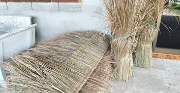 ภูมิปัญญาชาวบ้าน นำหญ้าคาวัชพืชไร้ค่า ใช้มุงหลังคาระบายความร้อนได้ดี