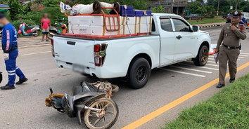 รถจักรยานยนต์กลับรถกระทันหัน ถูกกระบะชนท้ายดับคาที่