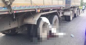 แม่จ๋า! หญิงวัย 54 ขับรถไปรับลูกกลับจาก รร. ถูกรถพ่วงชนดับสลด