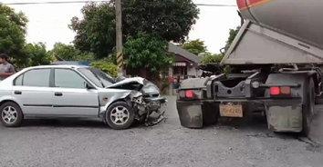 สุดเศร้า! สามีวัยดึกพาภรรยาไปหาหมอ เกิดชนกับรถพ่วง ภรรยาเสียชีวิต