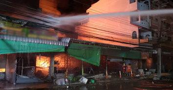 ระทึก! ไฟไหม้ร้านพลาสติกและร้านอะไหล่รถ จยย. เสียหายกว่า 20 ล้านบาท
