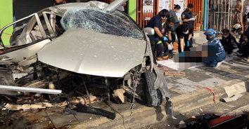 ดับสลด! หนุ่มวัย 33 ปี ขับเก๋งเสียหลักชนเสาไฟฟ้าดับสลดติดคาซากรถ