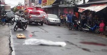 แทงโหดเหมือนโกรธจัด! คนร้ายแทงพ่อค้าขายข้าว นอนจมกองเลือดดับกลางถนน