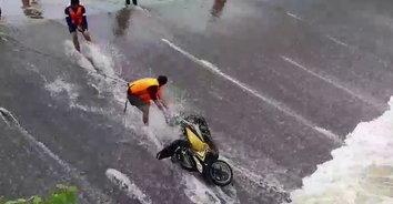น้ำไหลแรง! ลุงวัย 60 เอารถไปล้างกลางฝายน้ำล้น ถูกน้ำพัดตกฝายจมดับต่อหน้าต่อตา